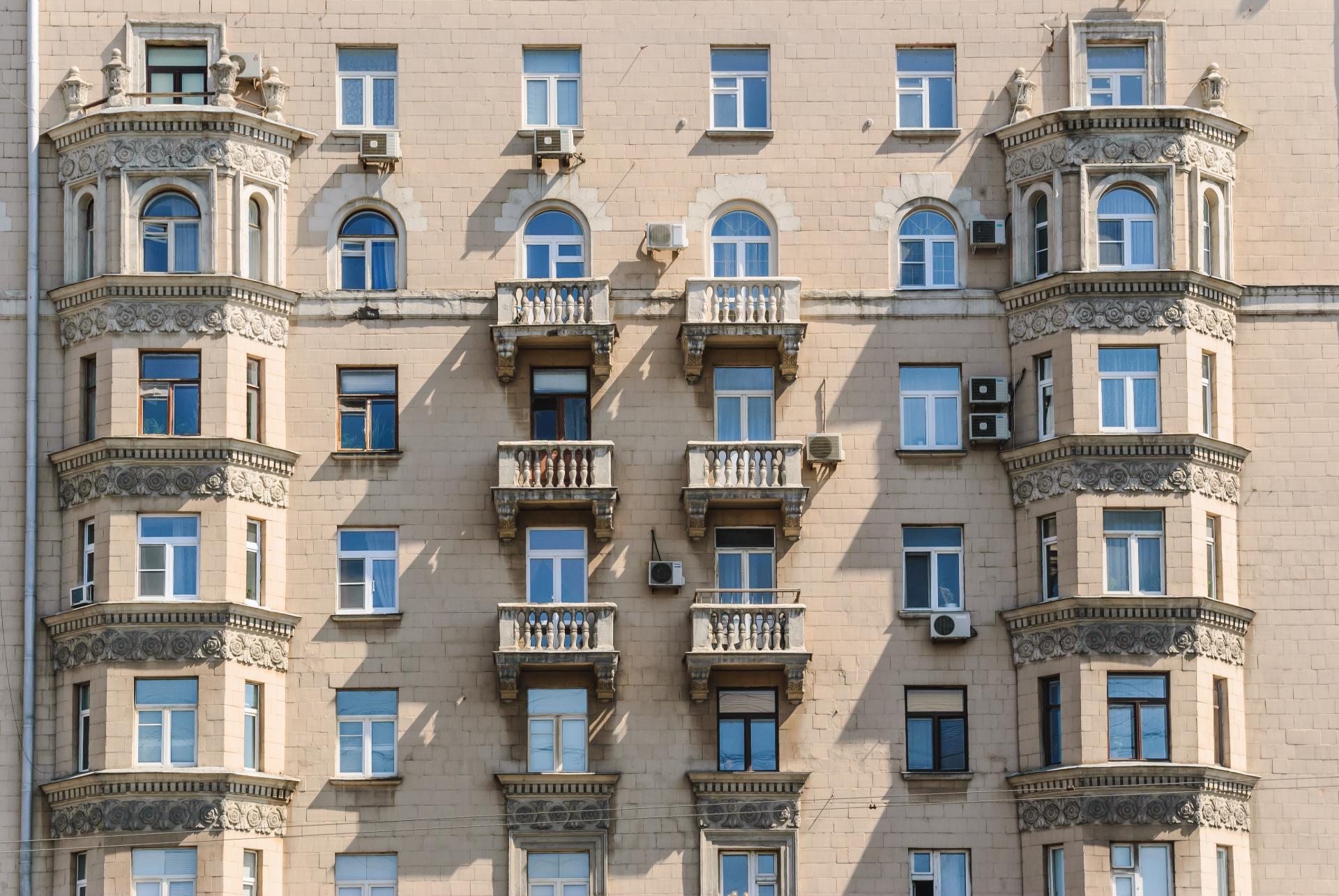 Эркеры служат украшением фасадов многоэтажек