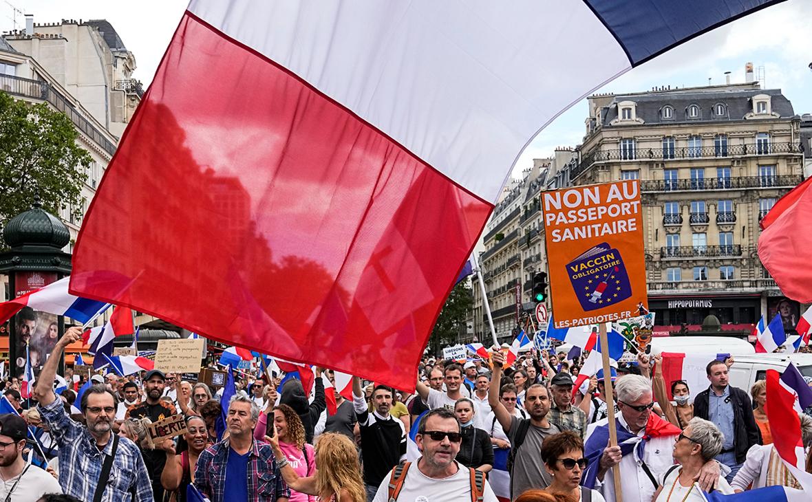 Протестующие против паспортов вакцинации надемонстрации в Париже