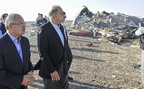 Премьер-министр Египта Шериф Исмаил и министр туризма республики Хишам Зазу (справа налево) рядом с обломками российского А321