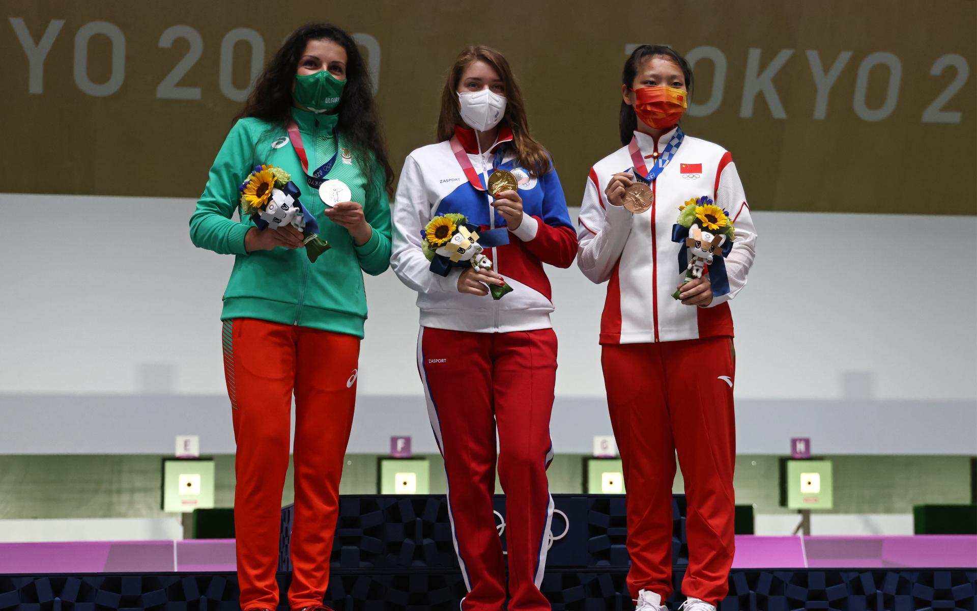 Виталина Бацарашкина (в центре)