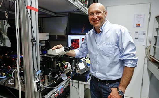Штефан Хелль позирует рядом с микроскопом