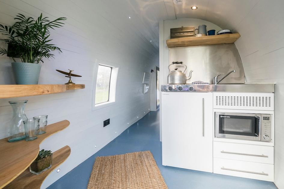Внутри также есть кухня с раковиной, чайником и другими удобствами. Рядом отгорожен санузел