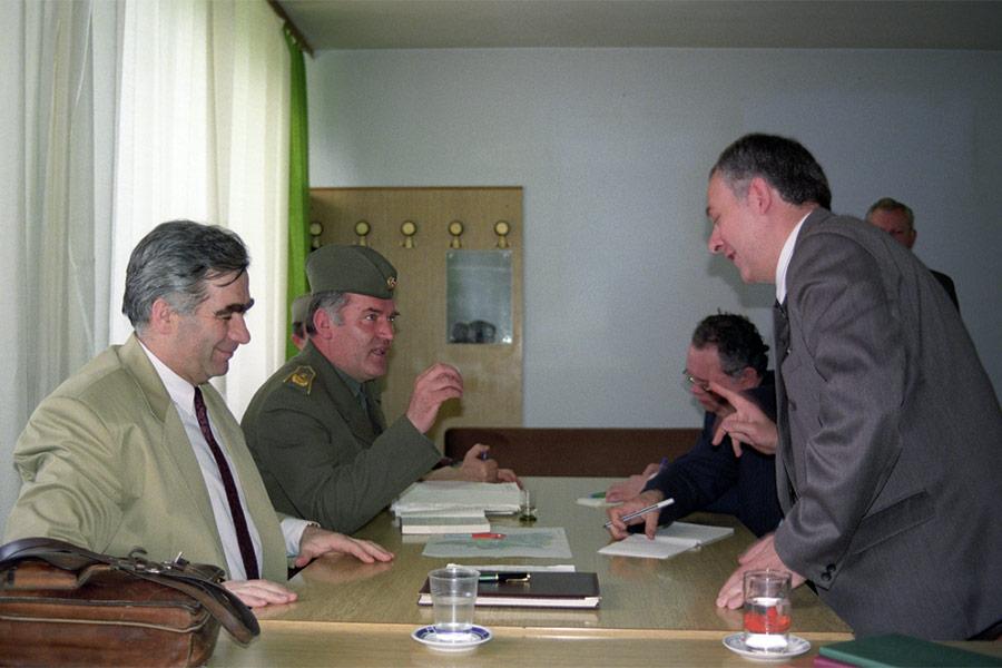 Переговоры между министром иностранных дел России Андреем Козыревым (справа) и Ратко Младичем в мае 1992 года