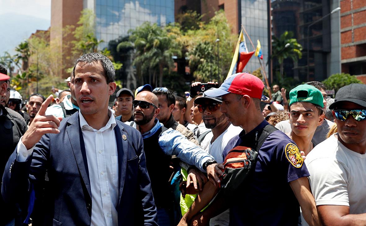 Хуан Гуаидо (слева)