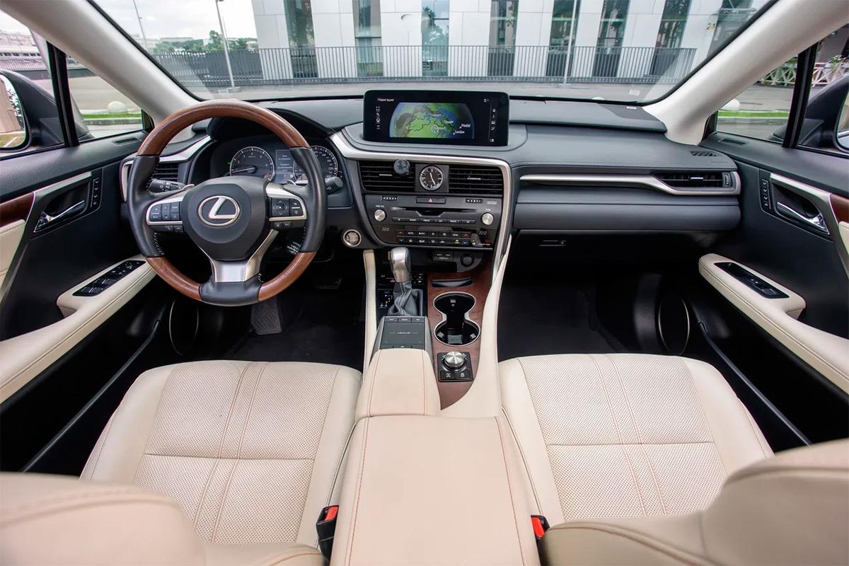 Интерьер Lexus RX— это японская классика. Прямые линии и аналоговые часы соседствуют здесь с кучей электроники. Собран салон аккуратно и на совесть.