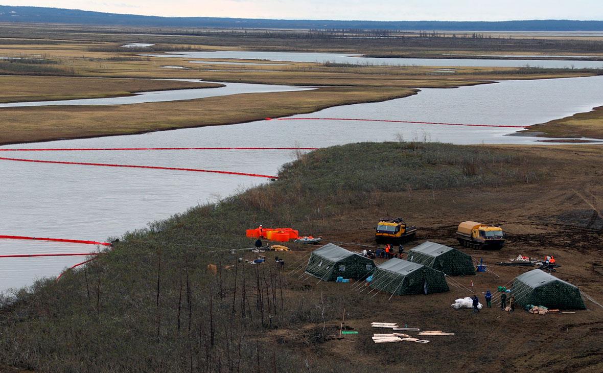 Сотрудники Морской спасательной службы во время ликвидации нефтяного пятна в устье реки Амбарная
