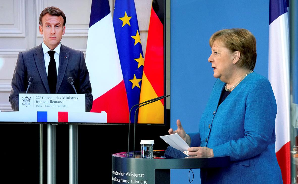 Президент Франции Эммануэль Макрон на видеоэкране во время совместной пресс-конференции с канцлером Германии Ангелой Меркель
