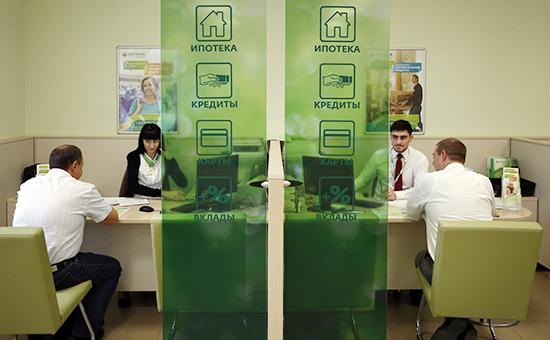 Клиенты Сбербанка в одном из офисов банка