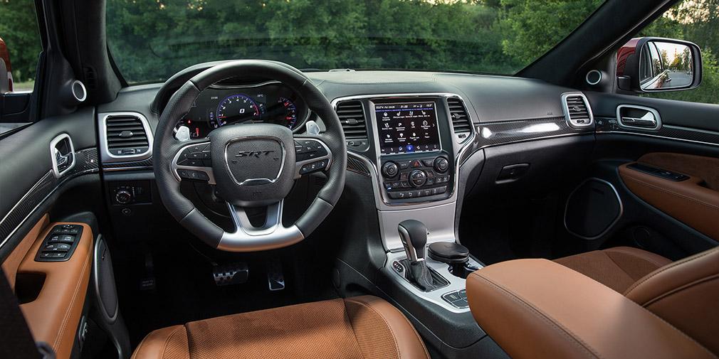 Место водителя очень дружелюбное. Привычки требует разве что управление стеклоочистителями. В салоне есть система подавления шумов и, похоже, действенная.