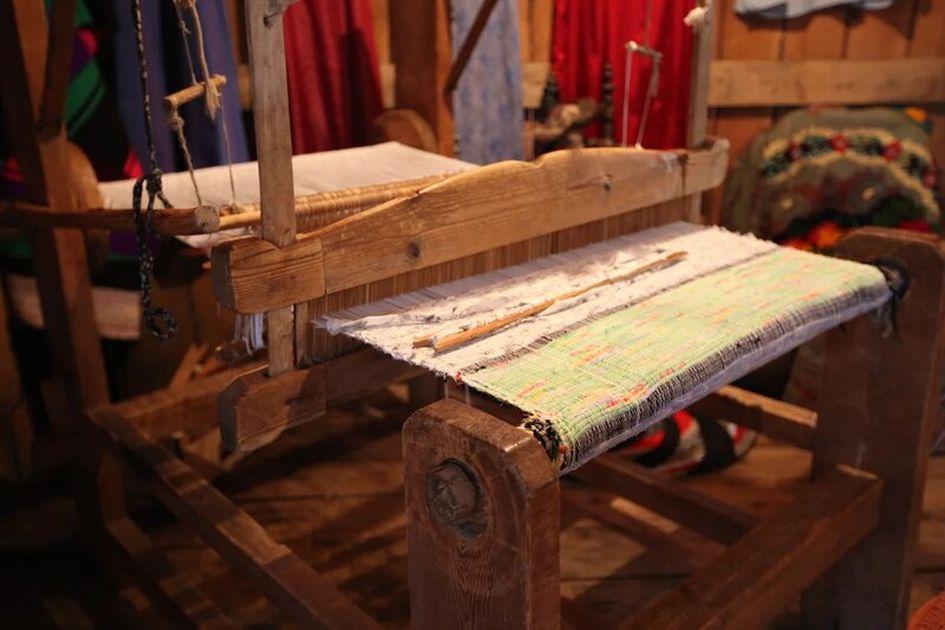 Здесь староверы шьют свою одежду, однако у многих уже есть швейные машинки