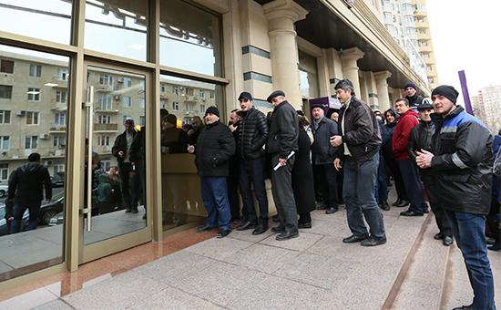 Очередь желающих купить валюту у дверейAzer-Turk Bank в Азербайджане. 15 января 2016 года