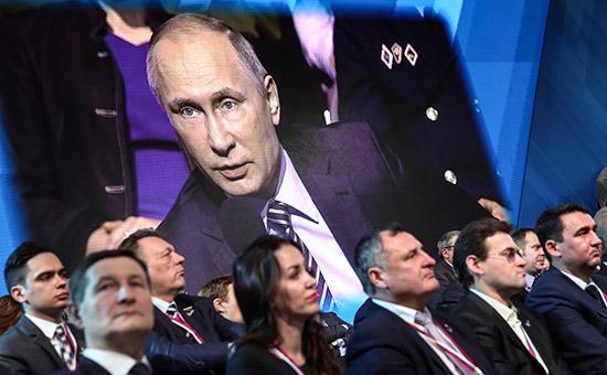 Во время выступления президента России Владимира Путина наФоруме действий Общероссийского народного фронта натерритории ВДНХ