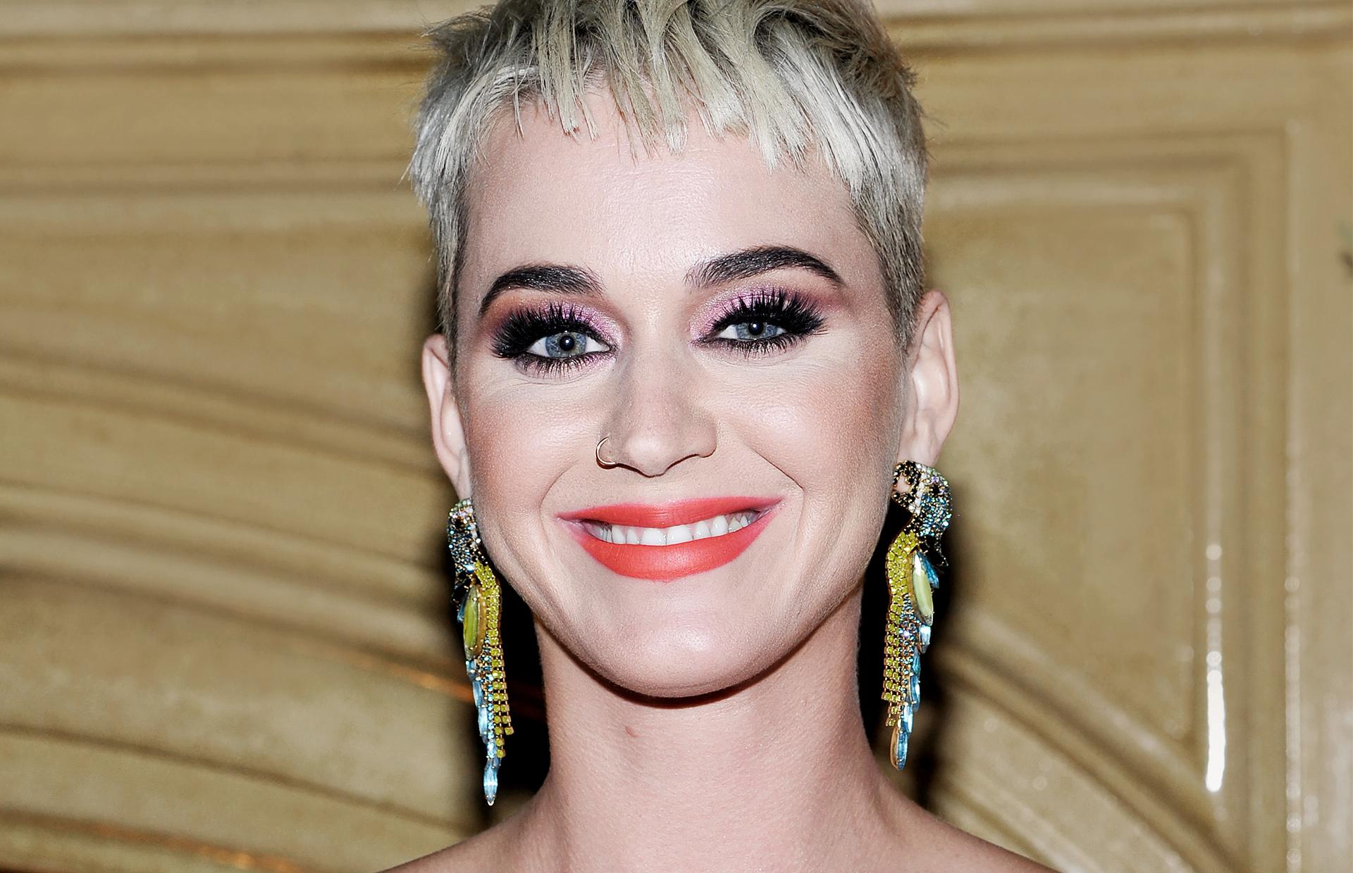 Смотреть Ошибки макияжа и поиски красоты видео