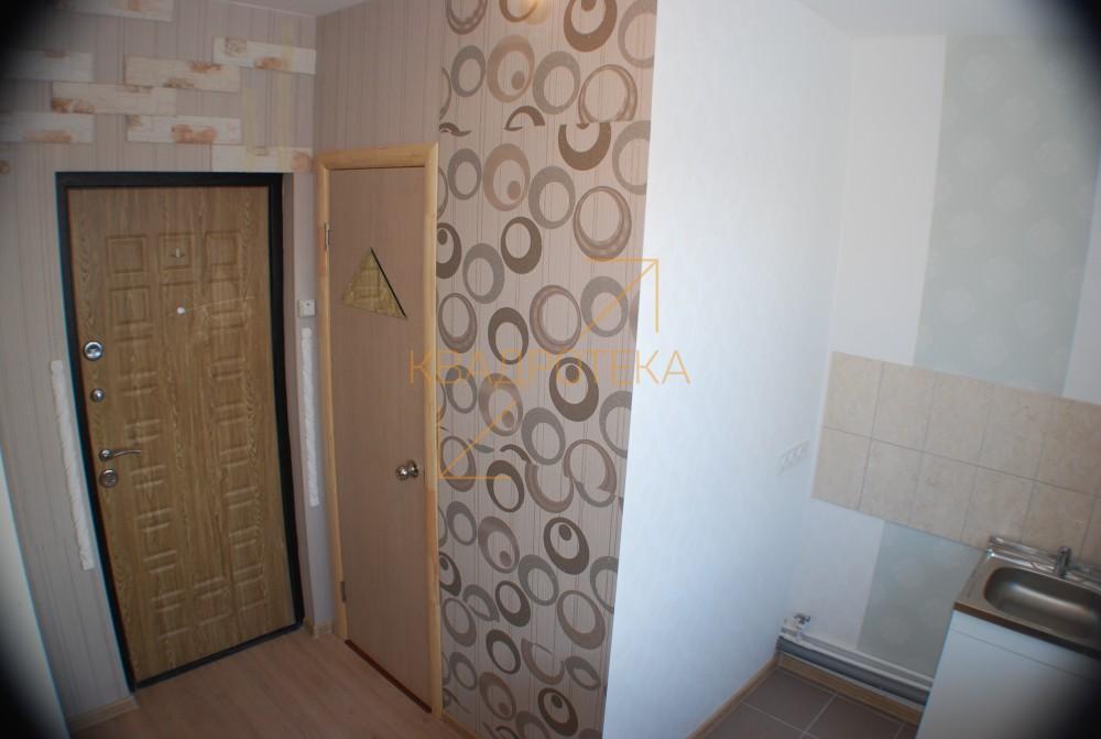 В псевдо-квартире переделанной из кладовки с окном даже кровать помещается с большим трудом