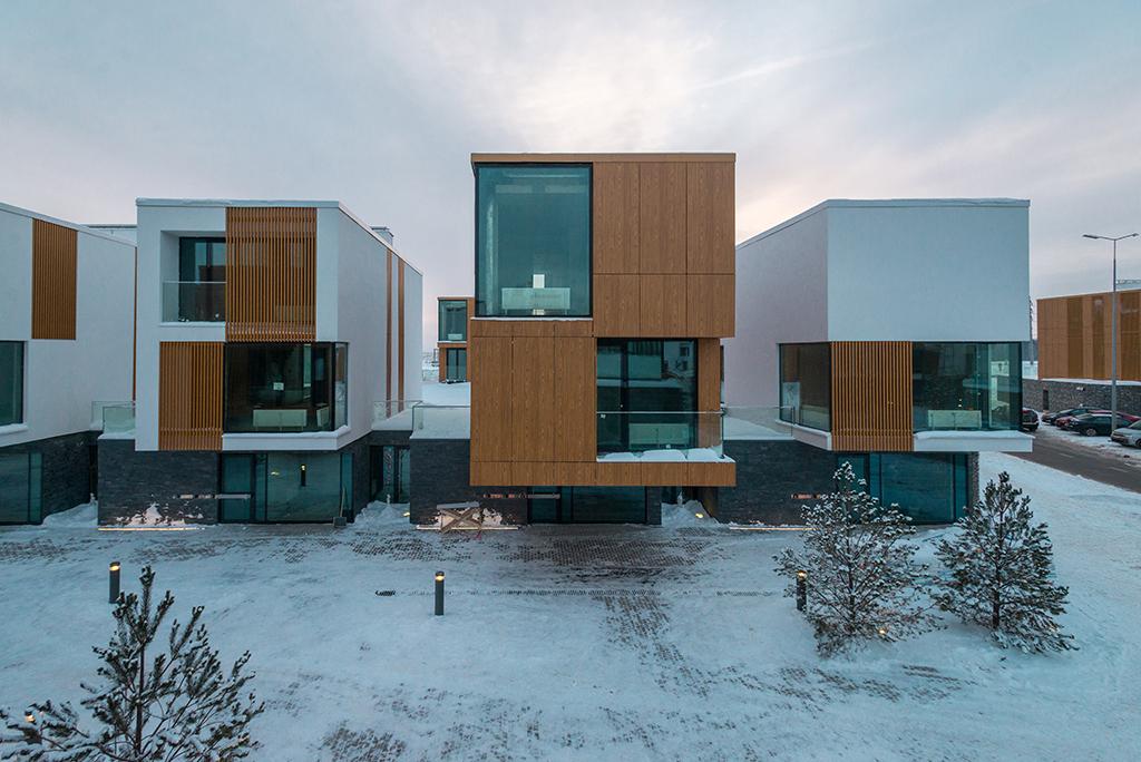 На территории «Сколково» уже введен в эксплуатациютехнопарк, завершается возведение здания Сколковского института науки итехнологий, центров НИОКР и трех кварталов  На фото: таунхаус вквартале «Миро»