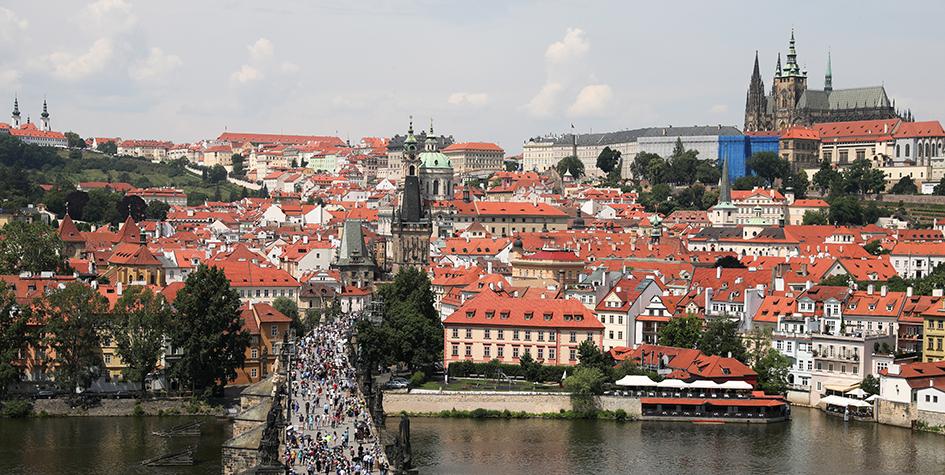 Вид на Карлов мост, реку Влтаву и Пражский град со Староместской мостовой башни