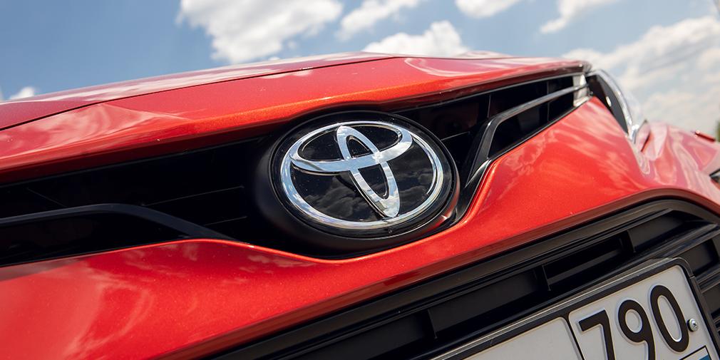 Красно-черная Toyota Camry в комплектации GR Sport появилась как нельзя кстати — иначе конкурировать с дерзким Kia K5 было бы совсем трудно