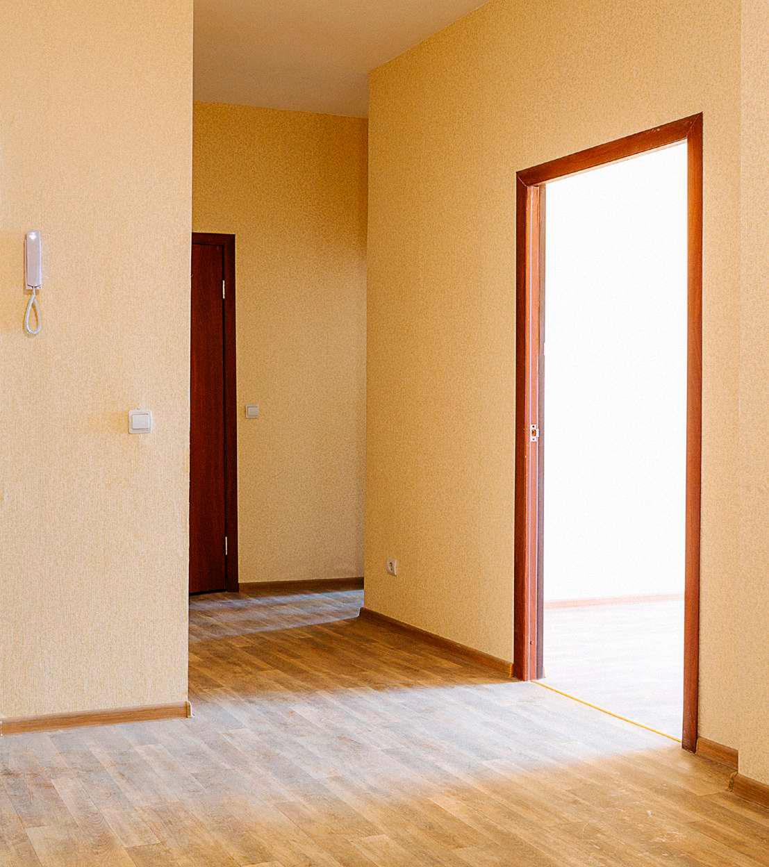 Просторные коридоры сосветлой отделкой формируют уютное пространство вквартире. Отделка выполнена подключ, говорится вбуклете