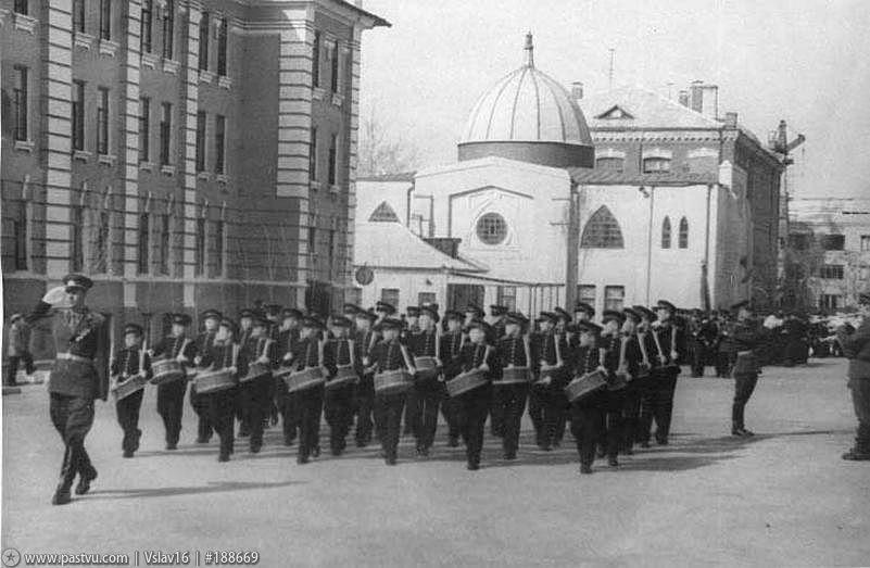 Проведение военного парада на территории воинской части на ул.Красноармейской, 97 на фоне здания Ростовской соборной мечети в 1965 году
