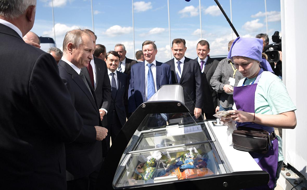 Владимир Путин покупает мороженое на открытии Международного авиационно-космического салона МАКС-2017 в Жуковском
