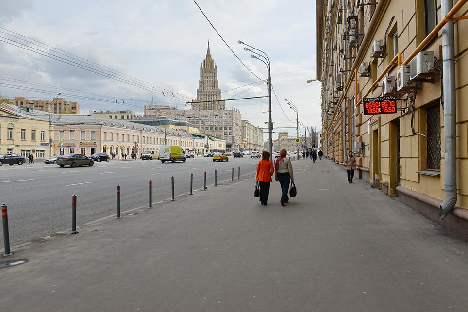 Улицы Москвы дореконструкции попрограмме «Моя улица». В сентябре 2016 года на Смоленской площади