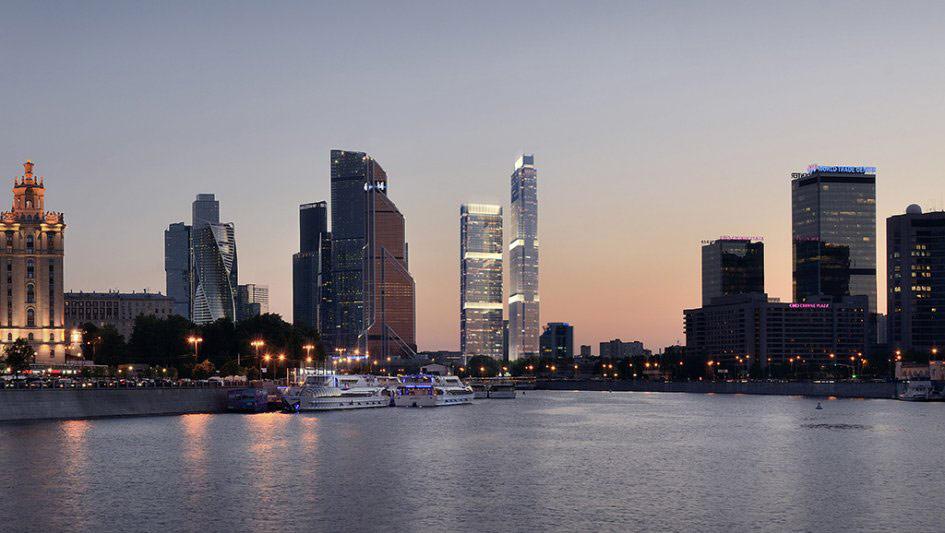 4-е место: 338м   Neva Tower (башня 1) Количество этажей: 77 Адрес: «Москва-Сити», 17-й и18-й участки Средняя цена: 392тыс.руб. /кв. м   Два небоскреба поцентру