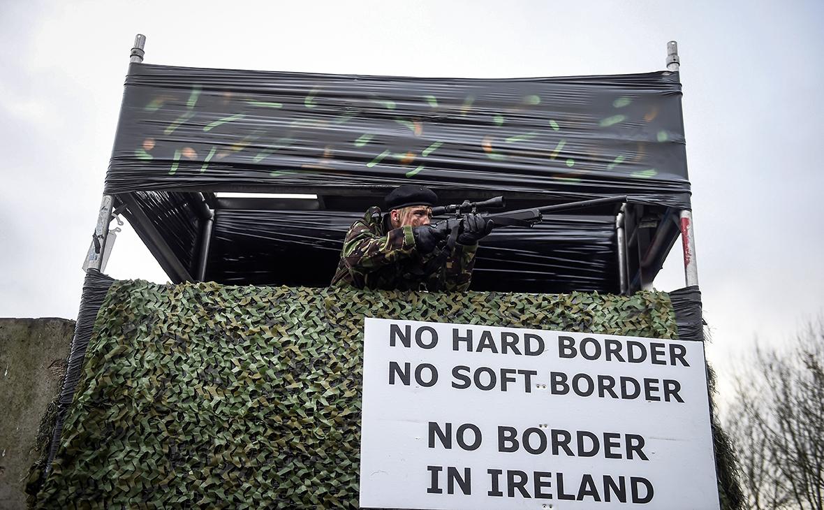 Театрализованный протест на границе Великобритании и Ирландии