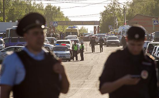 Полиция у входа на Хованское кладбище