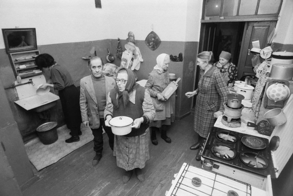 Во время приготовления обеда на общей кухне в коммунальной квартире