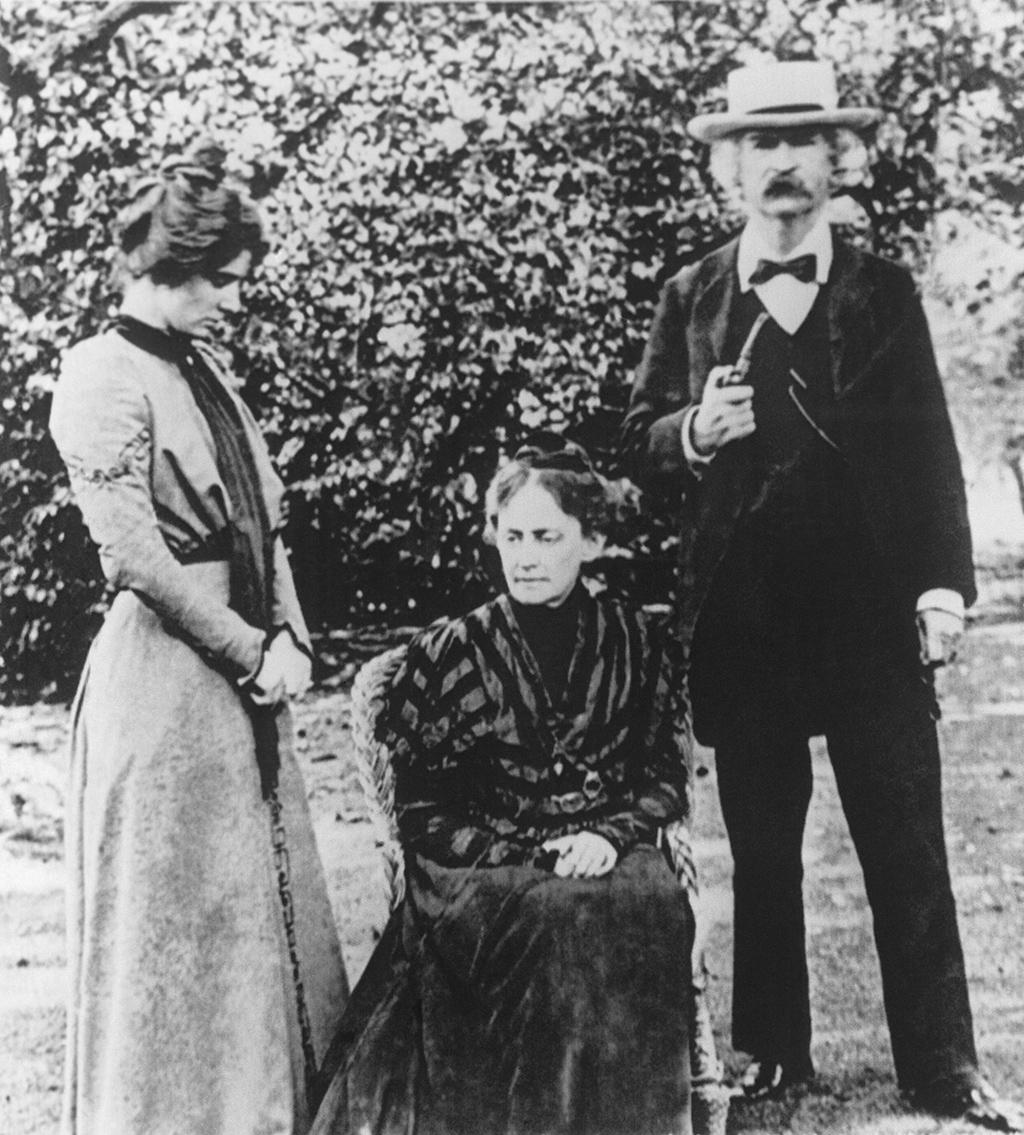 Американский писатель Марк Твен с женой Оливией и дочерью Кларой в своем загородном доме под Лондоном. 1900 год