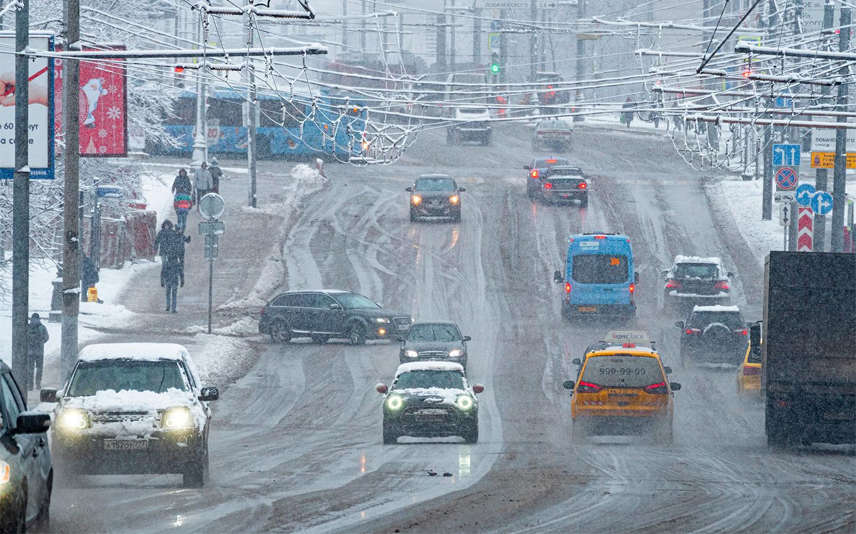 <p>В ГИБДД советуют: дистанцию необходимо увеличивать на мокром асфальтобетонном покрытии, на мокрой грунтовой дороге, на заснеженной дороге в 2,5&nbsp;&mdash; 3 раза, а также на обледенелой дороге.</p>