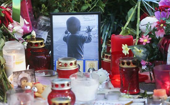 Стихийный мемориал в память о жертвах авиакатастрофы самолета Airbus A321 в зоне прилета аэропорта Пулково. 3 ноября 2015 года