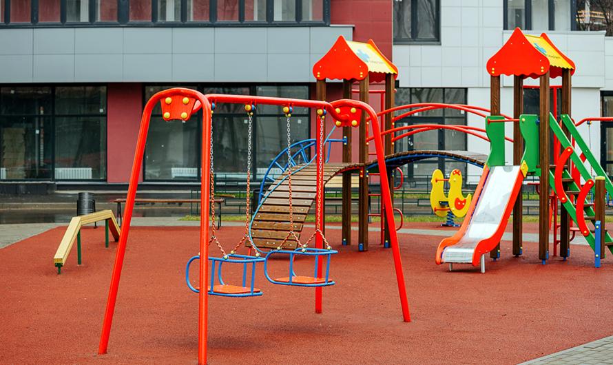Детские площадки обещают оборудовать безопасным резиновым покрытием: здесь установят качели, горки испортивные снаряды