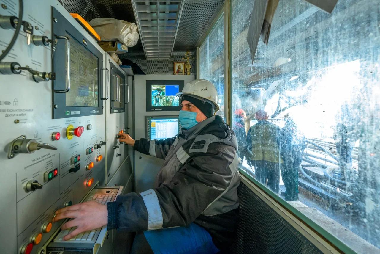 Оператор ТПМК ведет проходку тоннеля метро