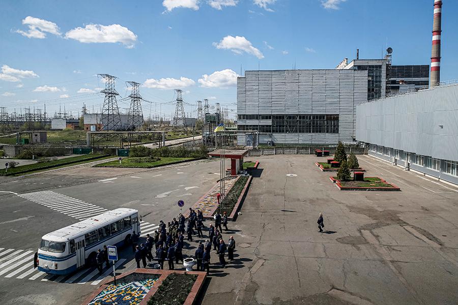 Сотрудники ЧАЭС после рабочего дня ждут автобус, апрель 2018 года