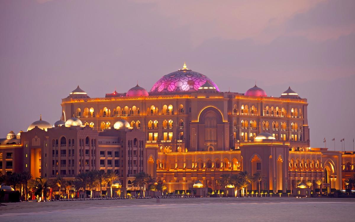 7. Emirates Palace   Абу-Даби, Объединенные Арабские Эмираты Стоимость строительства: $3 млрд     Люксовый отель Emirates Palace, название которого переводится как«дворец Эмиратов», действительно больше похож надворец, чемнагостиницу. В отеле всего 394 номера, каждый изкоторых можно принять закоролевскую резиденцию. Для прогулок гостей предназначена колоссальная территории в85га, авкилометре отздания находится частный пляж.
