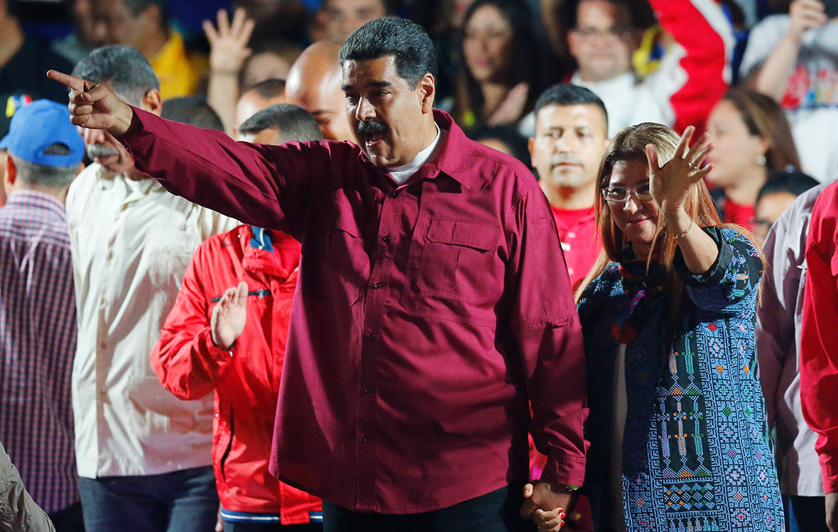Николас Мадуро(в центре) выступает перед своими сторонниками. 20 мая 2018 года