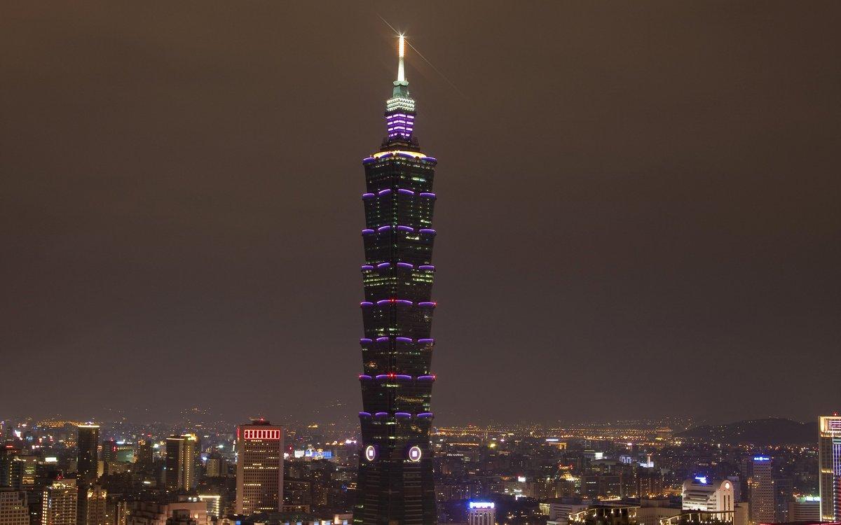 13–14. Taipei 101   Тайбэй, Тайвань (Китайская Республика) Стоимость строительства: $1,8 млрд     С 2004 по 2009 год Taipei 101 был самым высоким зданием на планете, и лишь семь лет назад тайваньский небоскреб уступил этот статус «Бурдж-Халифе» в Дубае. Впрочем, Taipei 101 остается наиболее высоким «зеленым» сооружением: на счету небоскреба высший экологический статус LEED. Название башни отсылает к 101 этажу как знаку перфекционизма: по замыслу авторов, это должно означать стремление тайваньцев к совершенству, которое выходит за рамки 100%. Небоскреб построен в форме классической китайской пагоды, разделенной на восемь сегментов. Цифры имеют значение: в китайской традиции восьмерка считается символов богатства и успеха. Наконец, форма Taipei 101 напоминает связку бамбука — еще одна отсылка к китайской культуре.