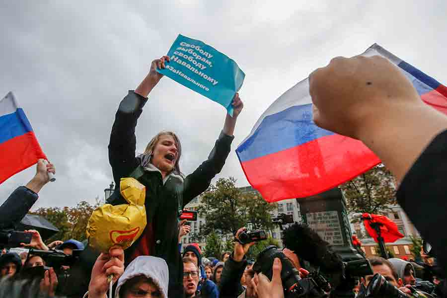 Начало акции сторонников Навального на Пушкинской площади было запланировано на 14.00 мск. Люди стали собираться заранее, полицейские через громкоговорители призывали граждан к порядку.
