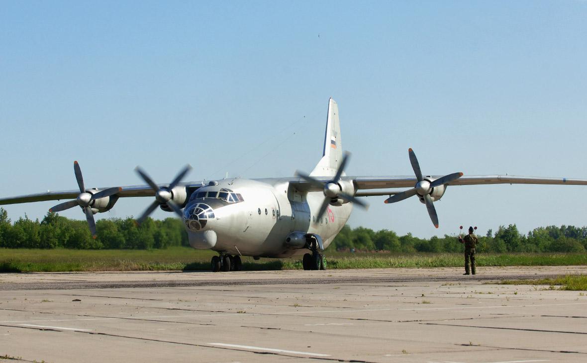 Военно-транспортный самолет Ан-12 на аэродроме Клин-5