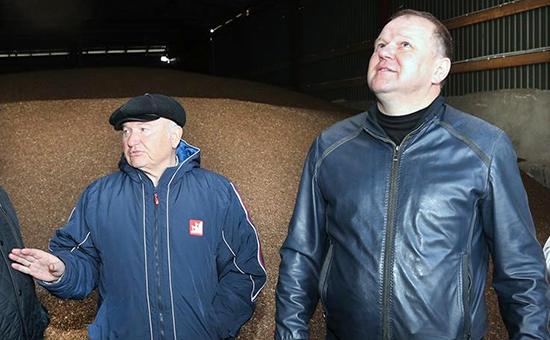 Фото:Юлий Лужков и экс-губернатор области Николай Цуканов на производстве гречки. 2015 год