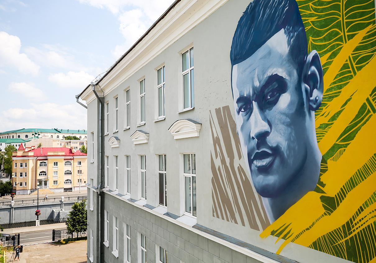 Граффити с изображением игрока сборной Бразилии по футболу Неймара на фасаде школы №1 напротив отеля «Мираж», где разместятся футболисты перед матчем 1/4 финала чемпионата мира по футболу — 2018 против сборной команды Бельгии