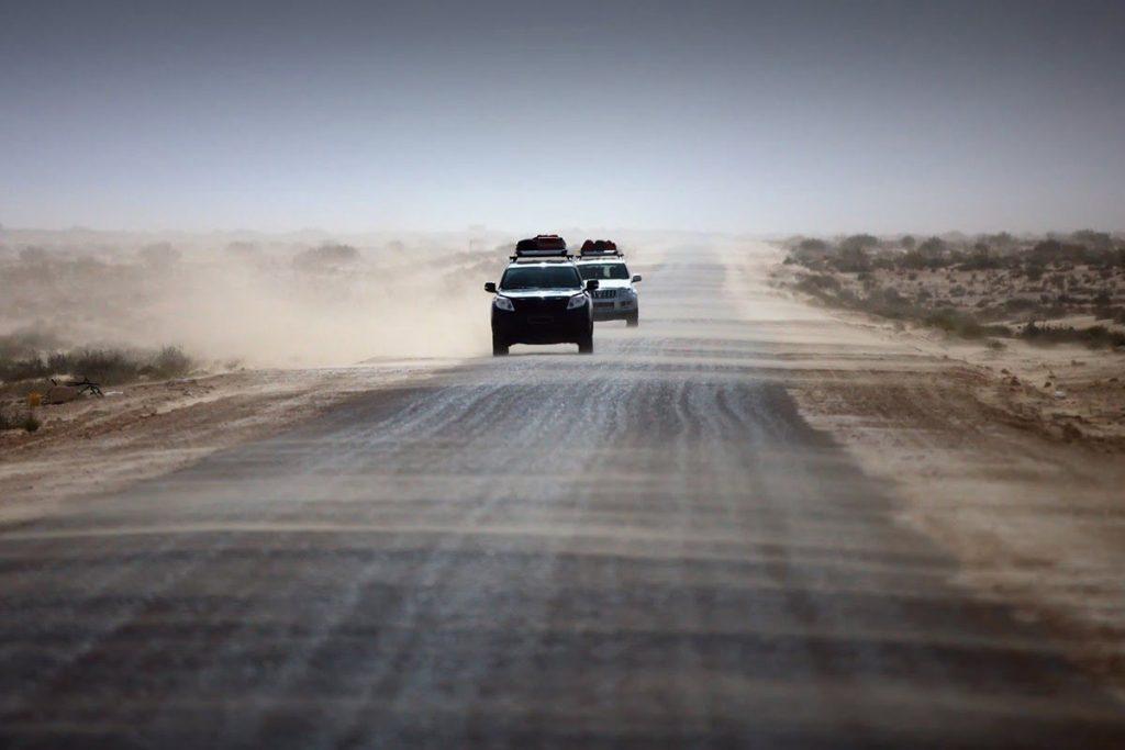 Конвой Aegis Defense Services едет через пустыню