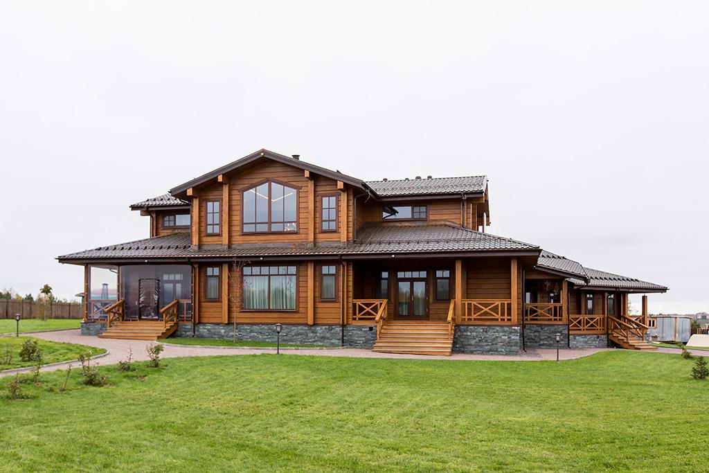 Дом венчает многоярусная медная крыша  На фото: вид на задний двор резиденции