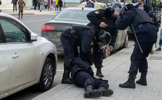 Полицейский, пострадавший во время акции протеста в Москве. 26 марта 2017 года