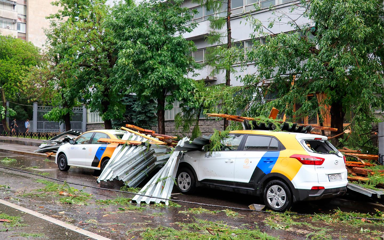 <p>На улице Правды из-за дождя и порывистого ветра на автомобили каршеринга упала часть крыши соседнего здания.</p>