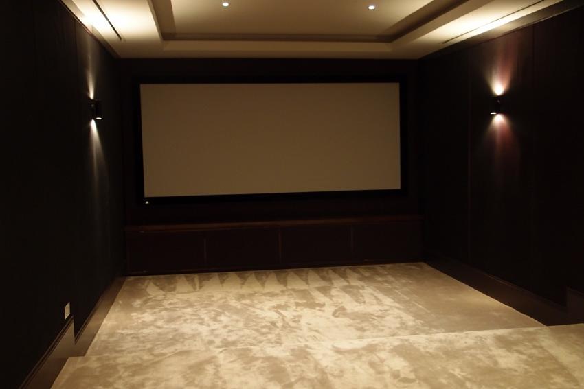 В кинозале легко поместится даже большая компания