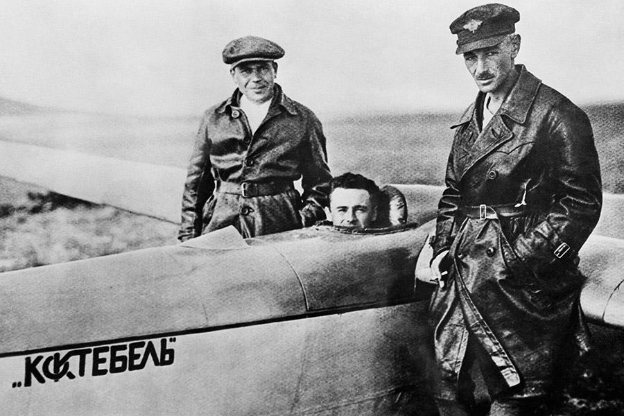 Сергей Королев сидит в кабине планера «Коктебель», слева — инженер Сергей Люшин, справа — летчик Константин Арцеулов