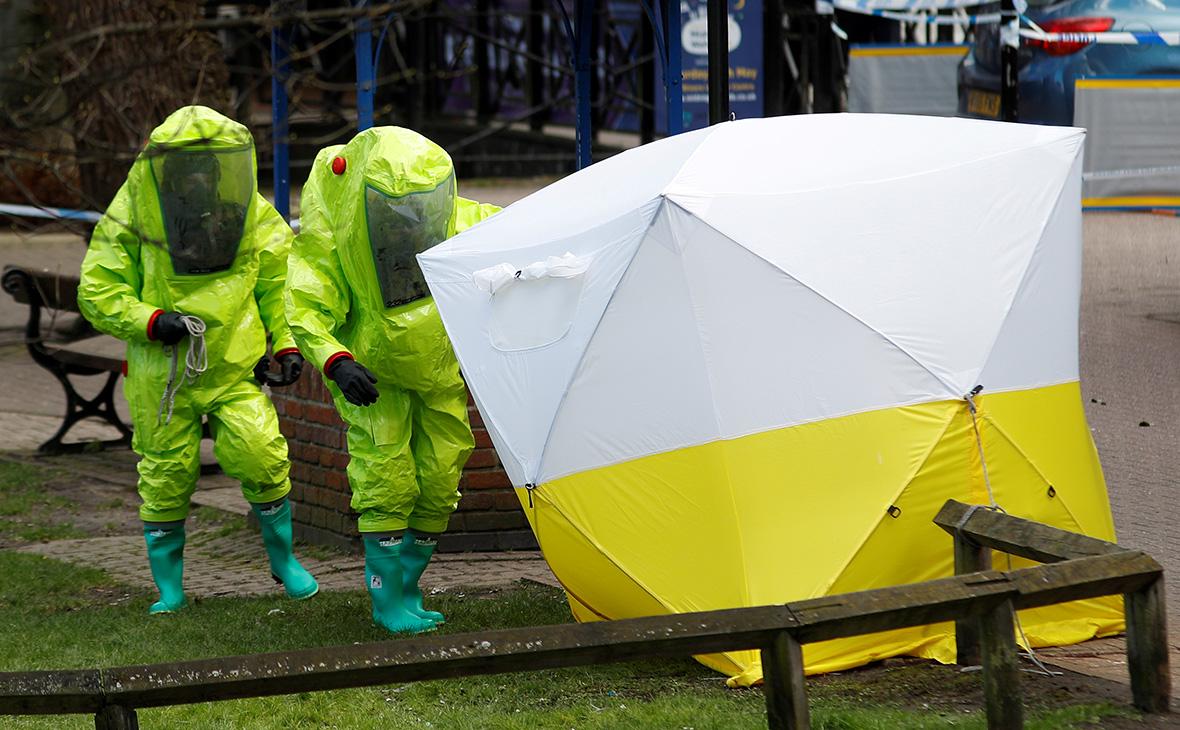 Криминалисты возле места, где были найдены Сергей и Юлия Скрипаль. 8 марта 2018 года