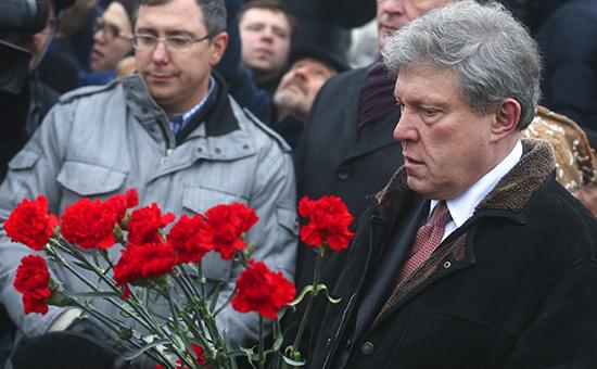 Григорий Явлинский возлагает цветы на месте убийства политика Бориса Немцова